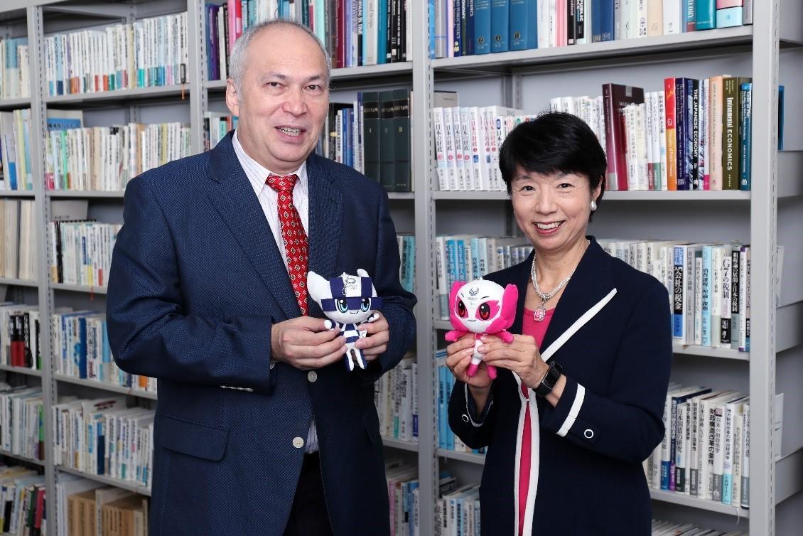 タレント・ジャーナリストのモーリー・ロバートソンさん(左)がアクション&レガシープラン「経済・テクノロジー」委員会・大田弘子委員長に日本の未来を深く切り込む