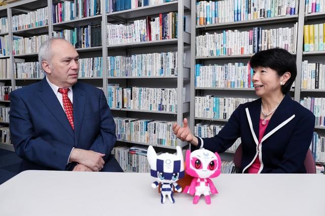 「アクション&レガシープラン」の経済・テクノロジー委員会・大田委員長(右)とモーリーさんの対談。日本の未来により深く切り込んでいく