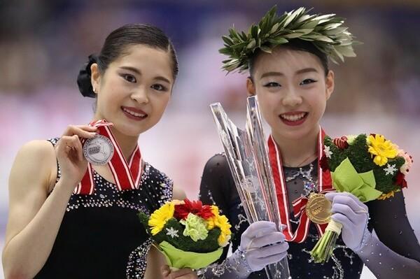 ポテンシャルの高さを見せ優勝を果たした紀平(右)と精いっぱいの演技を見せた宮原