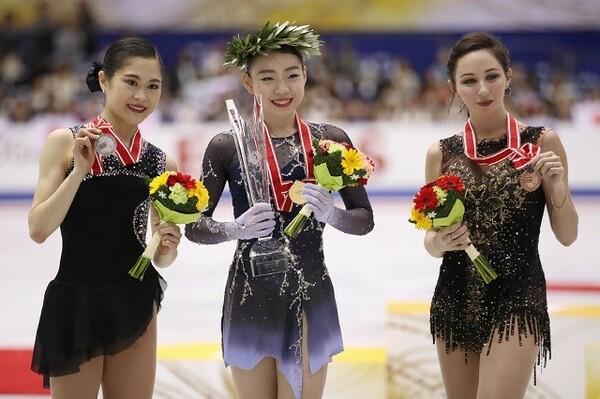 女子シングルでは紀平(中央)がGPシリーズ初出場で初優勝の快挙。宮原(左)も2位でファイナル進出を決めた