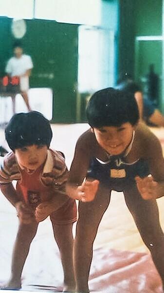 皆川(左)は物心つく前からマットに立っていた。右は兄の鈴木崇之さん、全日本チャンピオンにも輝いた実力者だ