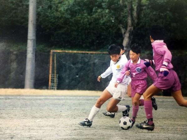 梅崎少年(左から2人目)は自分とおかんの笑顔のためにサッカーを続けた