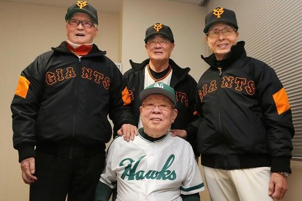 2月に行われた巨人とホークスのOB戦。野村氏(手前)は(左から)長嶋茂雄氏、張本勲氏、王貞治氏と記念撮影