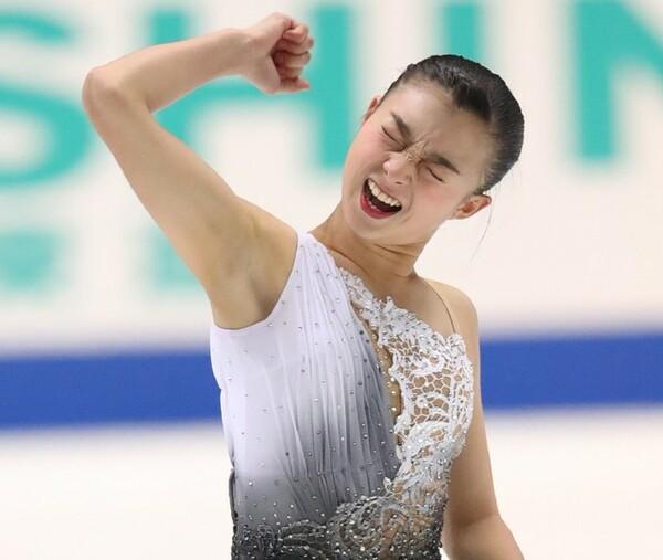 初の全日本女王に輝いた坂本花織。滑り切った後、力強いガッツポーズを見せた