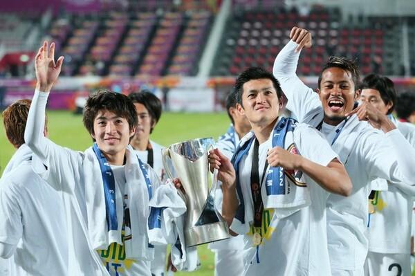 2016年AFC U−23選手権を制し笑顔を見せる豊川(左)と植田(右から2番目)。大津高、鹿島、世代別の代表とともに歩み、現在はベルギーリーグで切磋琢磨している