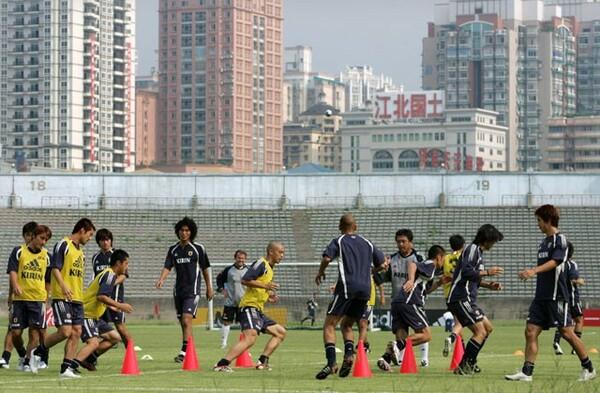 中国の「三大竈(かまど)」のひとつに数えられる酷暑の街、重慶で日本はグループステージを戦った