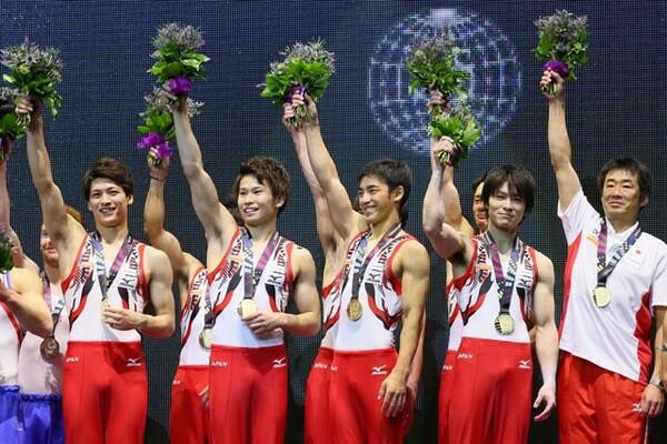 2015年の世界選手権では37年ぶりの団体総合金メダルの獲得に貢献。萱(左から2番目)は一躍、名を上げた