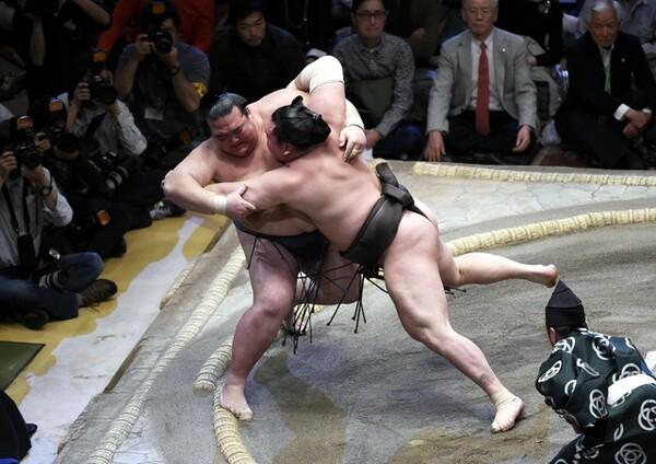 14日目に初優勝を決めた稀勢の里。千秋楽は立合いから白鵬の猛烈な攻めに押し込まれるも、土俵際で逆転のすくい投げ