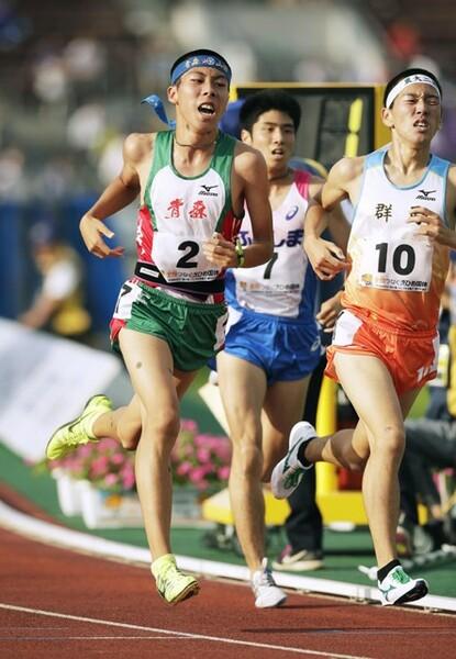 高3世代でただ1人13分台の記録を持つ青森山田高の田澤廉(左端)は駒澤大へ進む。写真は2017年愛媛国体のもの