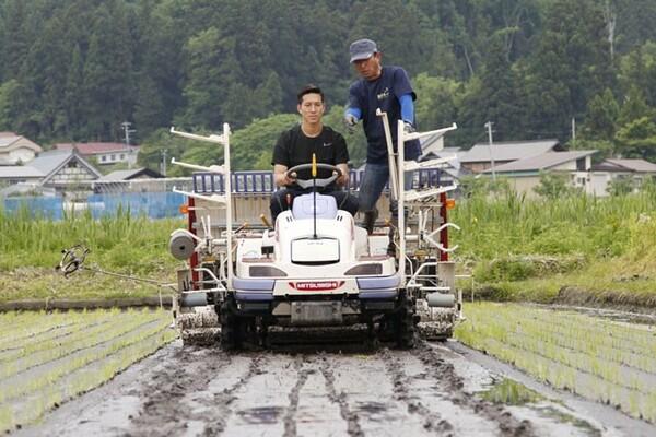 小林はオフにファームを訪れると、自らトラクターに乗って農作業を行う