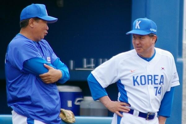 2007年の北京五輪アジア予選を前にした金卿文監督(写真右)と宣銅烈投手コーチ(当時)