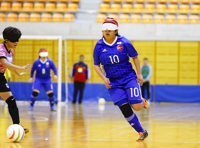 5人制サッカー屈指のストライカーである菊島(10番)。一般のサッカーと同じドリブルを駆使して、ボールを運ぶ