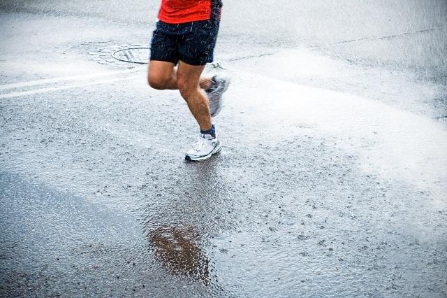 教えてコーチ|マラソン大会当日が雨?! どうしたらいい?