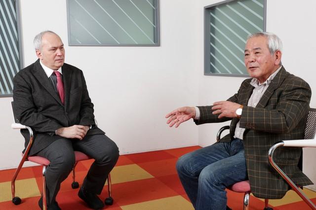 アクション&レガシープラン文化・教育委員会の青柳委員長(右)とモーリーさんの対談。日本文化について話を深めていく