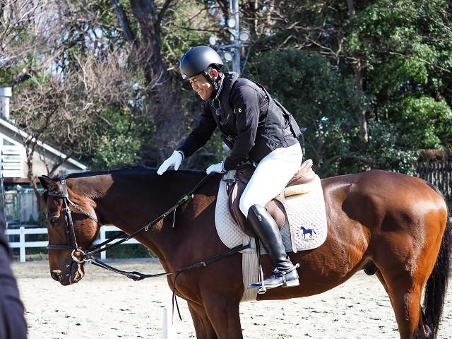 馬とのボディコンタクトも、意思を合わせるために大切な要素だ