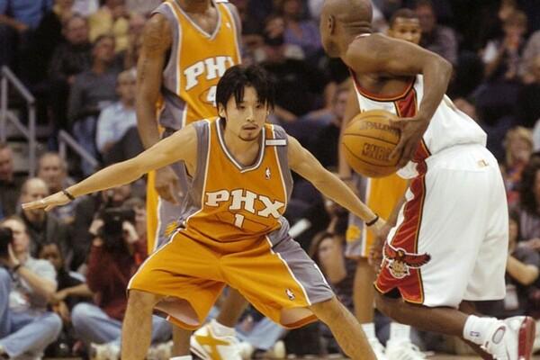 2004年、日本人初のNBAプレーヤーとなった田臥勇太。開幕戦を含む4試合に出場した