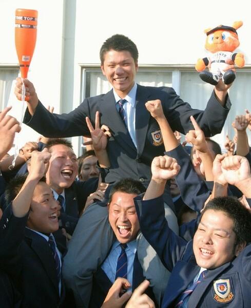 光星学院(現八戸学院光星)を屈指の強豪校にした明秀日立の金沢監督。当時の教え子である坂本勇人は、関西で有名なワルだったが、金沢監督の下で巨人のドラフト1位指名されるまでに成長した