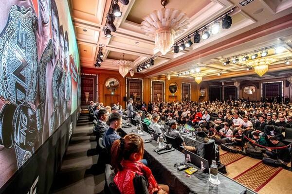 28日の公開会見には多国籍な人々が集った
