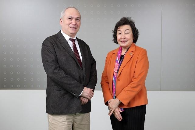 モーリー・ロバートソンさん(左)がアクション&レガシープランの策定の議論に携わった崎田裕子さんに話を聞いた