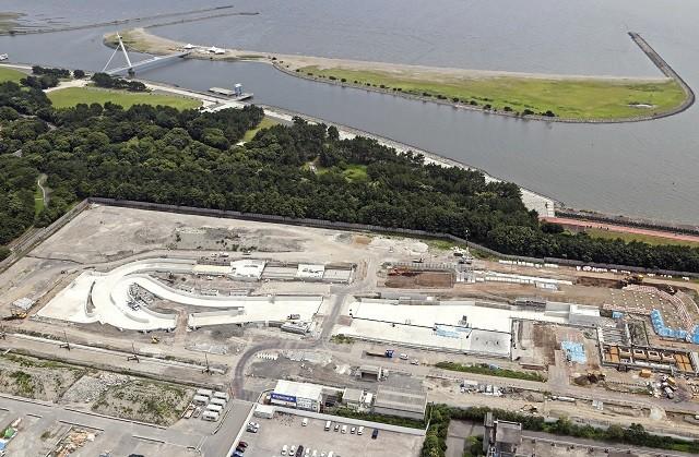 奥に見えるのがラムサール条約湿地に登録された葛西臨海公園。手前では2020年に向け、カヌー・スラローム会場の建設が進められている(写真は2018年8月)