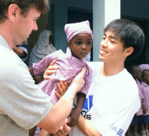 ナイジェリアでは孤児院を訪問。トルシエ監督は若い選手たちにピッチ外でも多くのことを経験させた