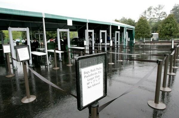 ずらりと並ぶ入場ゲート。飛行機の搭乗検査並みの厳しいチェックが行われる(写真は2005年のもの)
