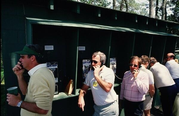 写真は1987年のものだが、公衆電話に人が殺到する光景は今も変わらず見られる