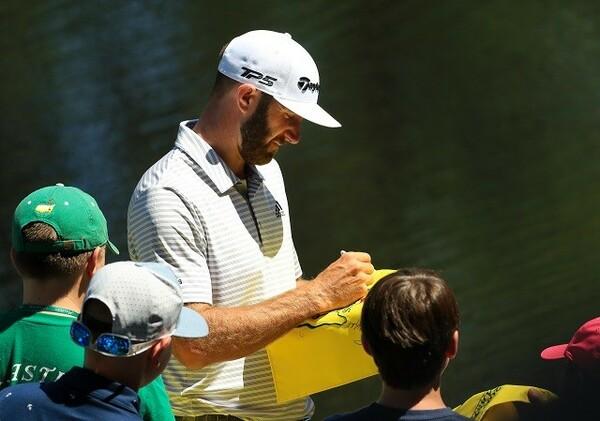 子どもたちにサインをするダスティン・ジョンソン。携帯の持ち込み禁止は選手とパトロンとの距離を近くしている