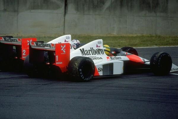 1989年日本GP最終シケインで接触した2台のマクラーレン。セナはこの後コース復帰するも失格処分となりプロストが王者に