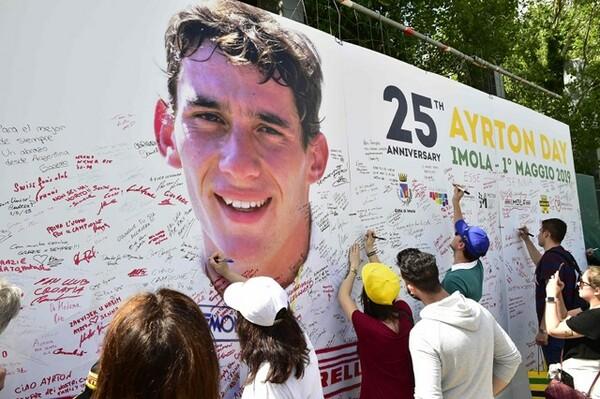 5月1日にイモラ・サーキットで開催されたセナ・メモリアルデー25周年イベントには、大きなポスターボードが用意された