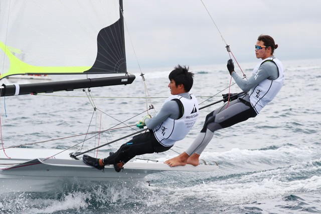 高橋が乗る49er級は2人乗りの種目。ペアの小泉維吹とともに出場した、江の島でのワールドカップで決勝レースに進む活躍を見せた(写真右が高橋)