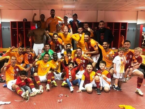 ベシクタシュとのダービーマッチ後、ロッカールームではチームメートの子供たちも一緒に勝利を喜んだ
