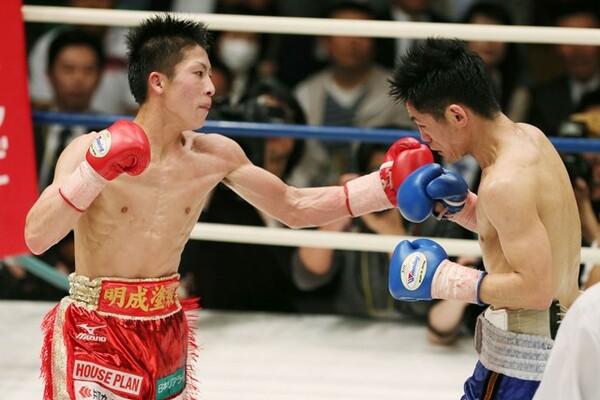 井上(写真左)はプロ3戦目で佐野と対戦。序盤に右拳を痛め、以降は左手一本で戦う