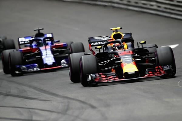 世界3大レース・モナコGPで優勝なるか。レッドブル・ホンダ(写真右)とトロロッソ・ホンダ