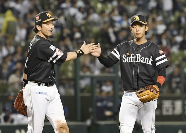 柳田ら故障者が相次ぐチームの中で攻守でチームを救う今宮(右)
