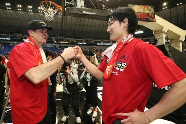 かつて代表監督の経験があるルカHCは、難しいシーズンを送った田中(右)ら代表選手をたたえた