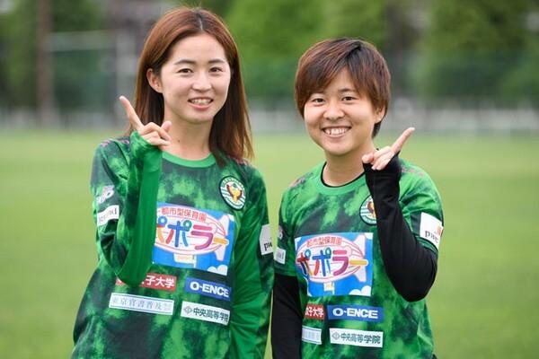 誰がイジられキャラで、誰がイジる側なのか。笑いを交えてチームメートの横顔を教えてくれた清水梨紗(左)と籾木結花