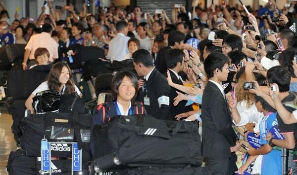 7月19日、W杯優勝を果たしたなでしこジャパンの選手たちが凱旋帰国し、成田空港は約400人のファンと約250人の報道陣でごった返した