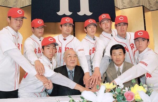 ドラフト6位で広島に入団した新井氏。1年目からプロのレベルを痛感していた(写真上段、右から3人目)
