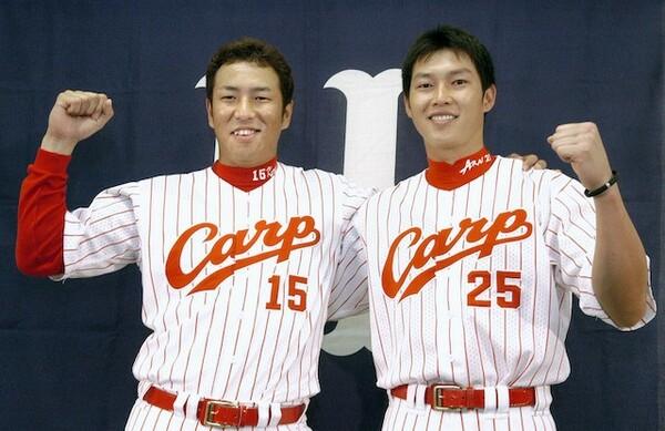 2005年、チームは最下位ながらも黒田氏(写真左)は最多勝、新井氏は本塁打王に輝いた