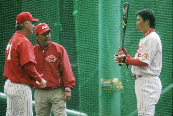 2006年から指揮をとったブラウン監督(左)。彼との出会いが新井の野球人生に大きく影響を与える