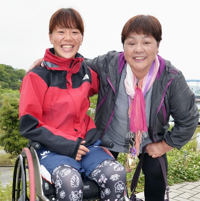 母・キヌ子さん(写真右)と。瀬立は子どものころから活発だったという