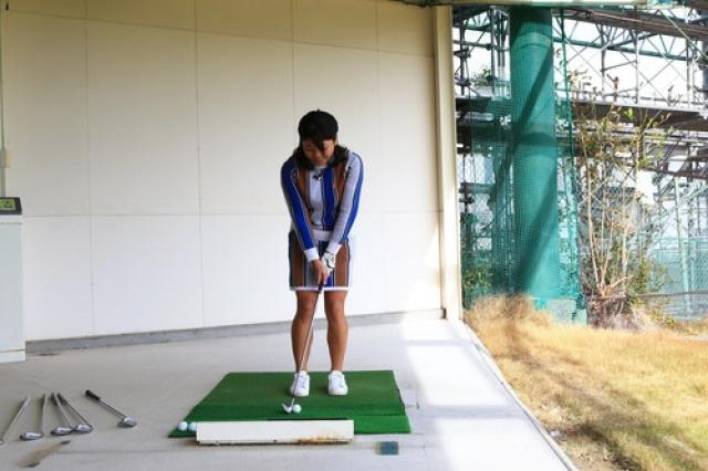 両足を閉じた状態から左足だけを足の幅分左に移動する。ハンドファーストに構え、体重を左足にやや多めに乗せる
