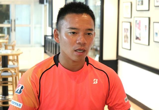 インタビューに答える眞田。最初は「楽しむ」スポーツとして車いすテニスに触れたが、周囲に背中を押されてパラリンピックを目指すことに決めたという