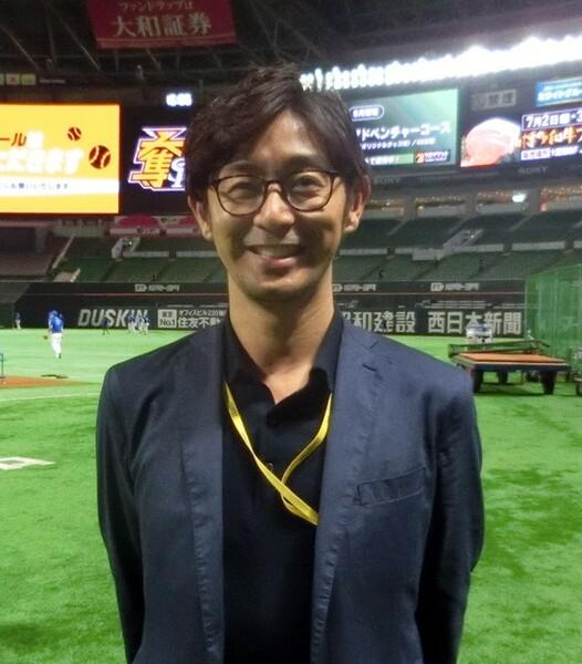 コミカルに、そして分かりやすく、AIチケットの購入方法などを紹介したCMに出演している、元投手で現在は球団広報の江尻氏