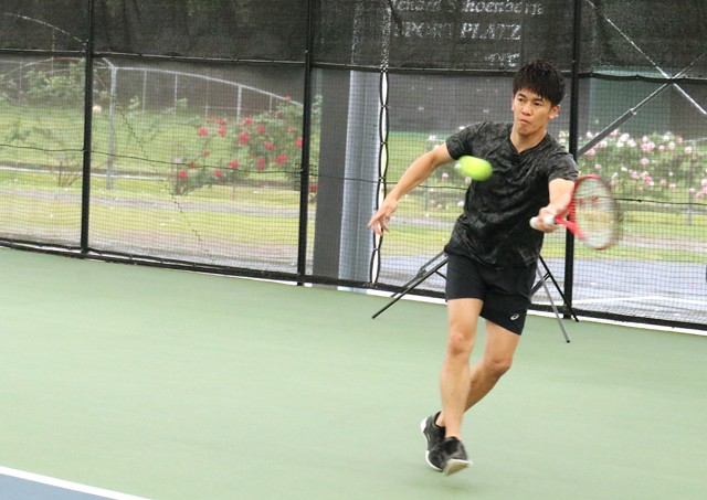 今回は立位でプレーした武井さん。車いすの技術とテニスの技術、その両方を高めていく難しさとやりがいを語っている