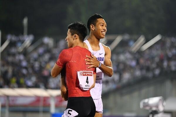 レース後、桐生(左)と健闘を称え合うサニブラウン