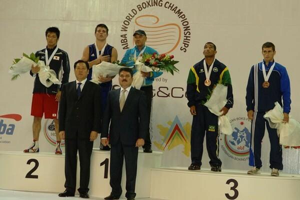 2011年世界戦選手権で村田諒太(左端)は日本史上最高の銀メダルを獲得。だが決勝のヒトロフ戦を僅差で落として笑顔はなかった