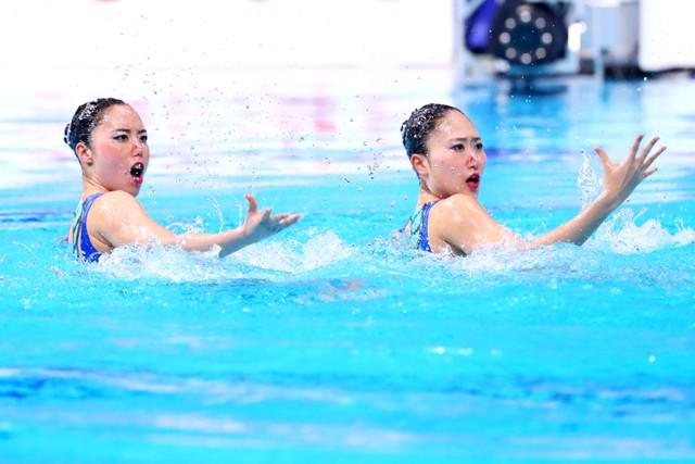 ともにデュエットを組む乾友紀子(写真左)は吉田の「音楽をキャッチする力」を評価する