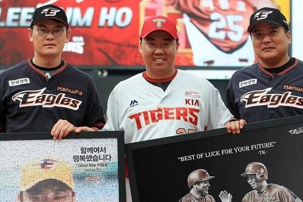 かつてハンファ、代表チームで共に戦った李ボム浩(中央)と金泰均(右)。左はハンファの主将・李性烈